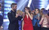 Amaia recibe el trofeo tras proclamarse ganadora.