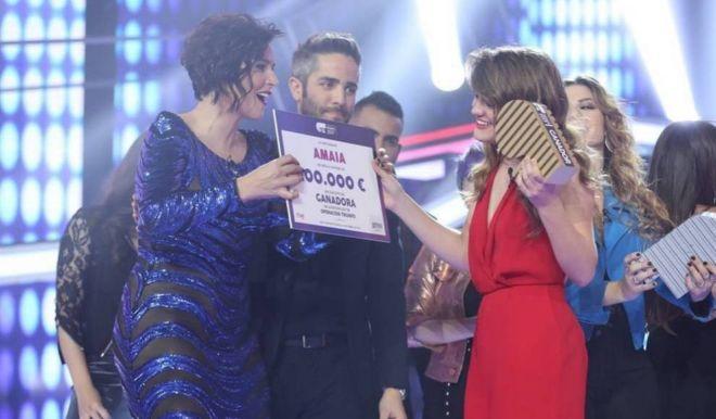 Rosa entrega a Amaia el premio de 100.000 euros como ganadora de 'OT'.