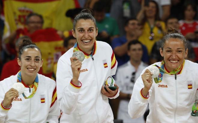 Silvia Domínguez, Alba Torrens y Laia Palau, de la selección femenina de baloncesto, con la última medalla lograda en los Juegos de Río.