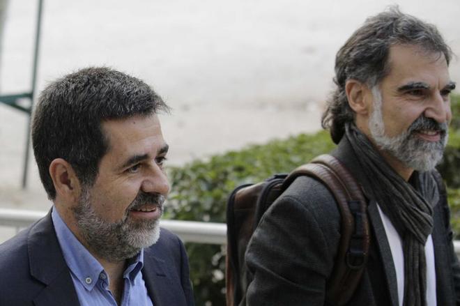 El líder de ANC, Jordi Sànchez (izda.), junto al líder de Òmnium,...