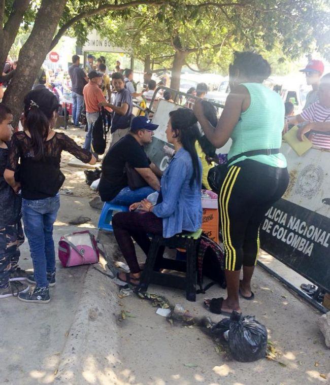 Momento en que la madre del bebé Antuan Grizzman vende su pelo en Cúcuta.