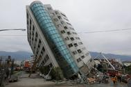 Los equipos de rescate apuntalan un edificio caído tras el seísmo en Taiwán.