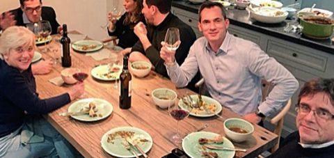 Puigdemont cenando con sus cuatro ex conselles y el diputado flamenco...