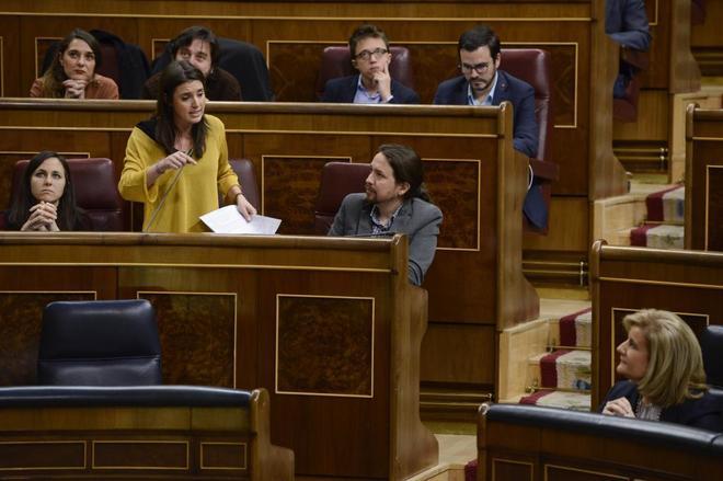 La portavoz de Podemos en el Congreso, Irene Montero, junto al...