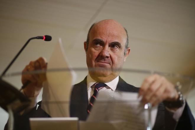 El ministro de Economía, Luis de Guindos, en una rueda de prensa.