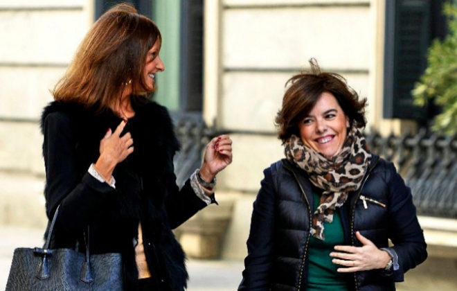 La vicepresidenta del Gobierno, Soraya Sáenz de Santamaría, a su...