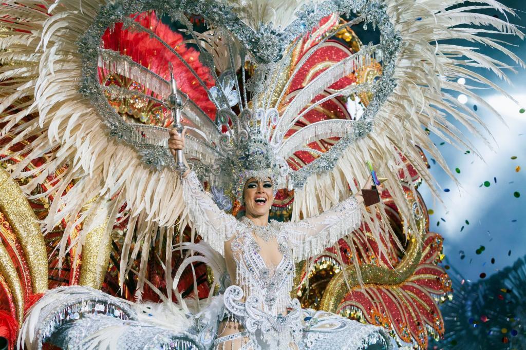 Carmen Laura Lourido, anoche en la gala de elección de la Reina con su  fantasía 'Renacida'.
