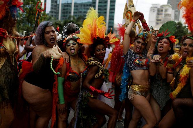Personas celebrando la fiesta anual 'Cordao do Boitata', durante el carnaval de Río.