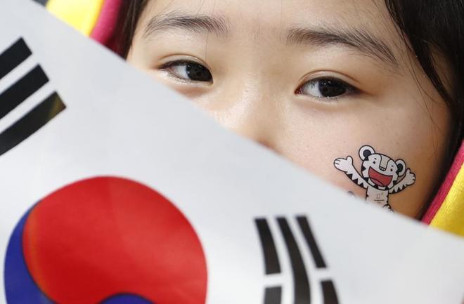 Una aficionada coreana sigue los primeros eventos, este jueves.