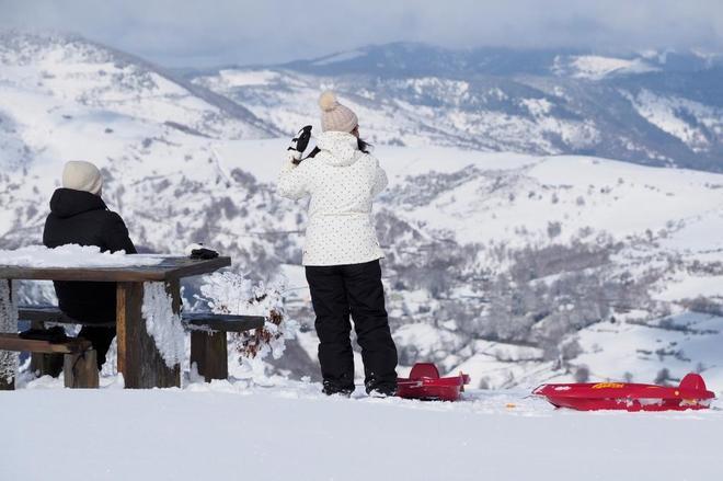 Un chico y una chica disfrutan de la nieve en O Cebreiro (Lugo)
