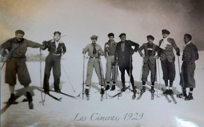 Foto histórica de esquiadores en la Sierra de Béjar en 1929.