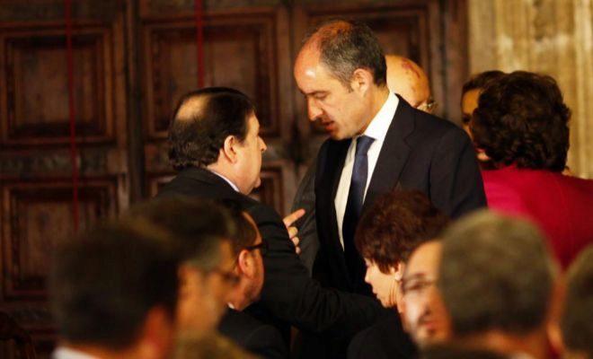 José Luis Olivas y Francisco Camps conversan en el Palau.