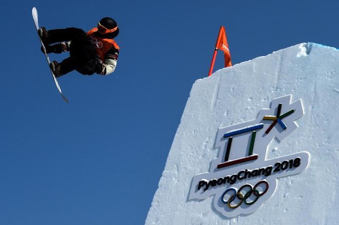 Uno de los participantes en snowboard, durante las prácticas libres.