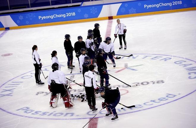 La selección coreana de hockey hielo, compuesta por jugadores de...