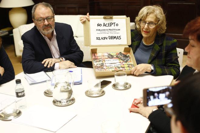 La alcaldesa de Madrid, Manuela Carmena, y el delegado de Seguridad, Javier Barbero, reciben 35.000 firmas contra los anuncios de prostitución recogidas por la plataforma 'No Acepto'.