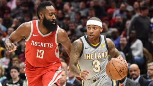 Isaiah Thomas, defendido por James Harden, en un partido ante Houston.