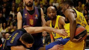 Juan Carlos Navarro lucha con Alex Tyus por un balón.