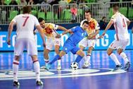 La defensa española disputa un balón con Suleimenov.