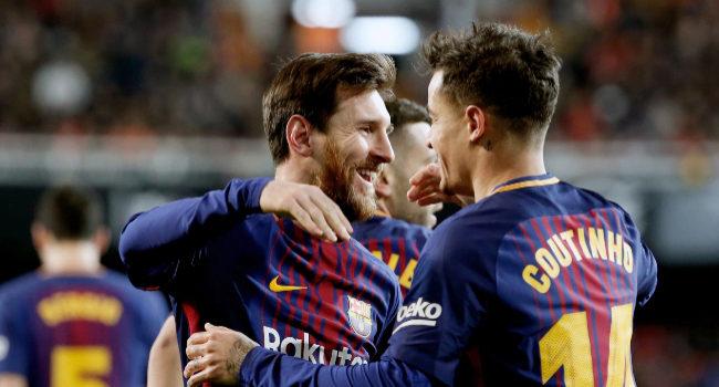 Messi felicita a Coutinho por su gol en Mestalla.