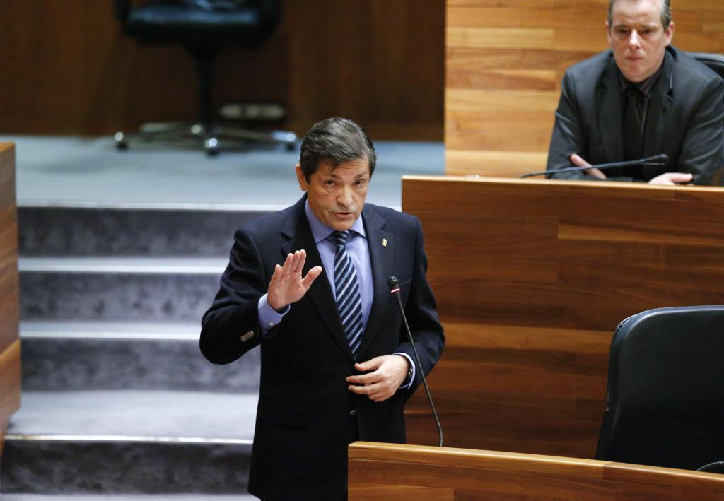 El presidente asturiano, Javier Fernández, se dirige a la portavoz...