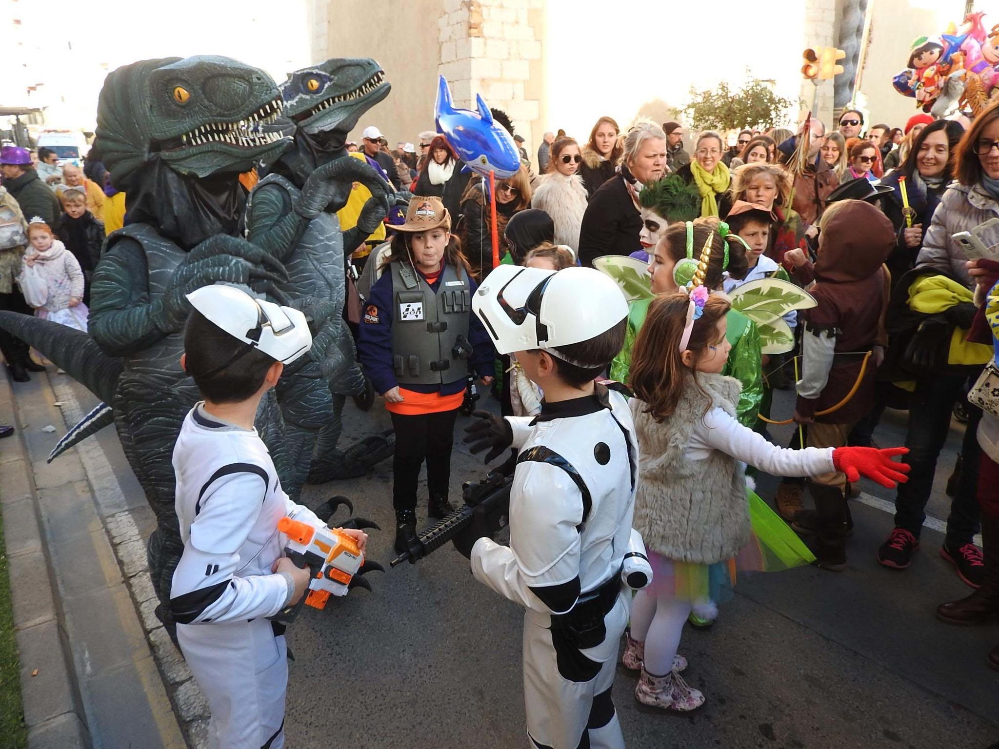 El Carnaval de Vinaròs 'caldea' el ambiente festivo