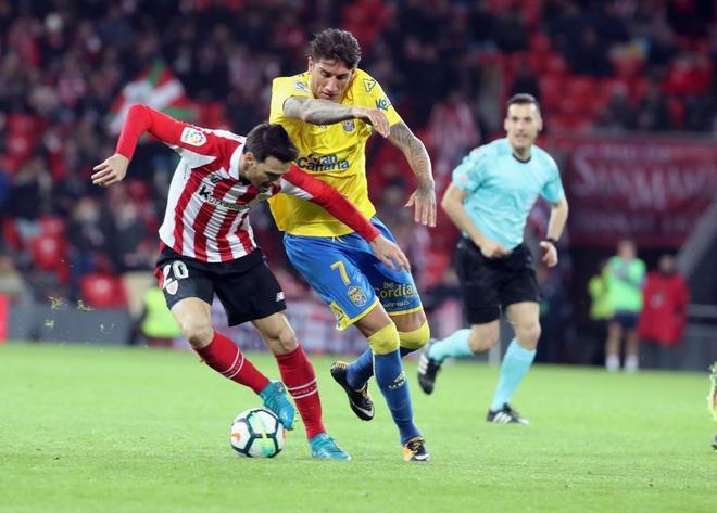 Artiz Aduriz (i) se lleva el balón ante el centrocampista de la UD Las Palmas, Gabriel Peñalba.