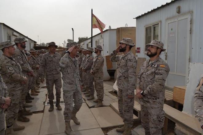 El nuevo jefe de operaciones de la OTAN, Jaime Íñiguez, saluda a las...