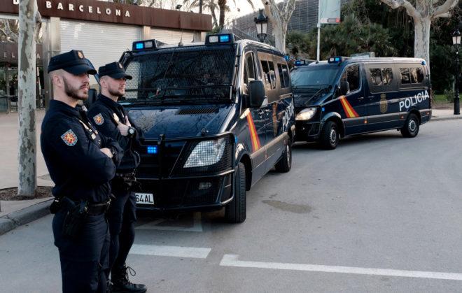 Agentes de la Policía Nacional custodian la entrada al parque de la...