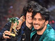 Los cantantes italianos Ermal Meta (izda.) and Fabrizio Moro (dcha.)  celebran su triunfo en el el Festival de Sanremo 2018.