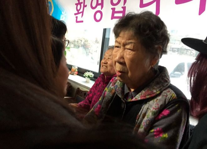 Otras de las supervivientes recibiendo a un grupo de políticos en la Casa del Compartir.