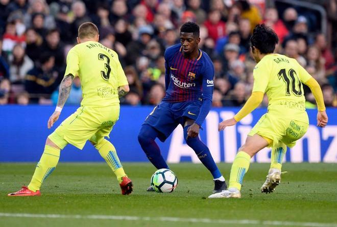 Dembélé trata de marcharse de dos jugadores del Getafe.