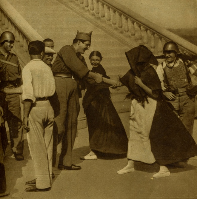 El capitán Uribarry saluda a una payesa en Ibiza en agosto de 1936.