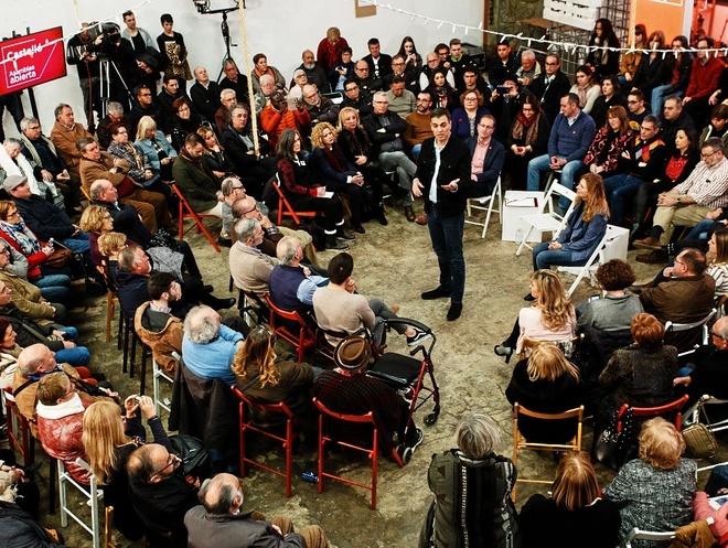 Pedro Sánchez debate con militantes y simpatizantes en una asamblea...