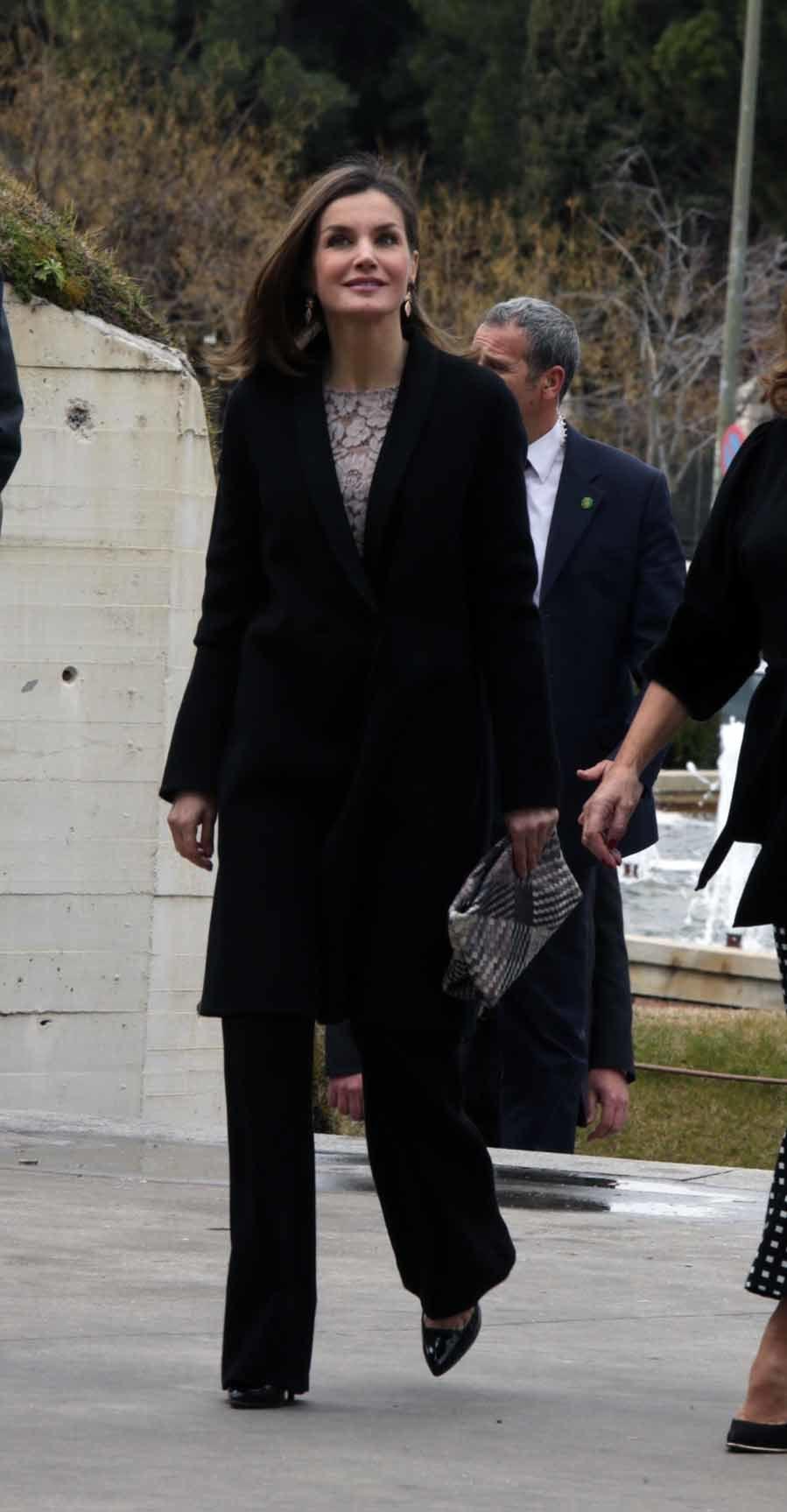 La Reina ha estrenado abrigo, un diseño con cuello esmoquin de raso y...