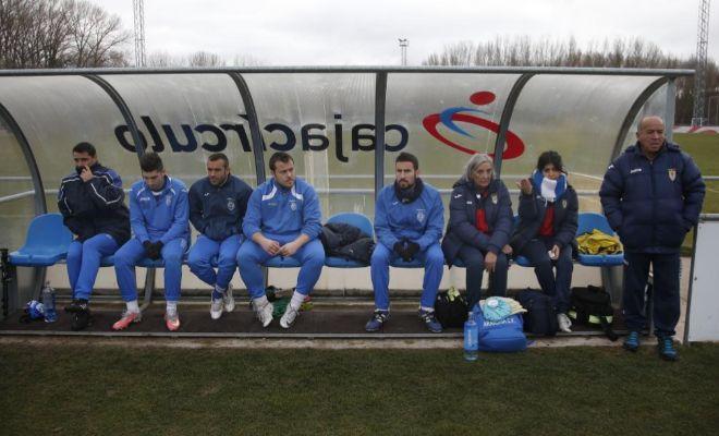 Los suplentes de la Arandina, durante un partido ante el Burgos Promesas.