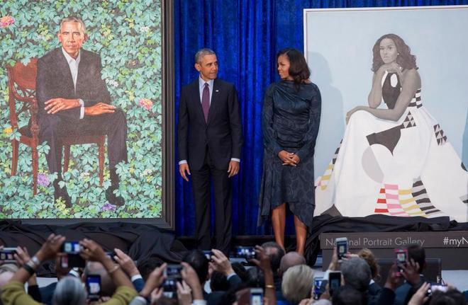 El matrimonio Obama tras desvelar sus retratos en la Galería Nacional...