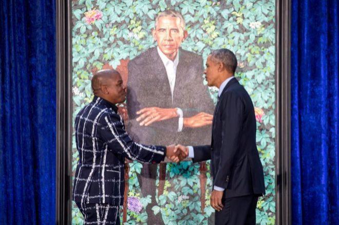El expresidente Obama saluda al pintor Kehinde Wiley, autor de su...