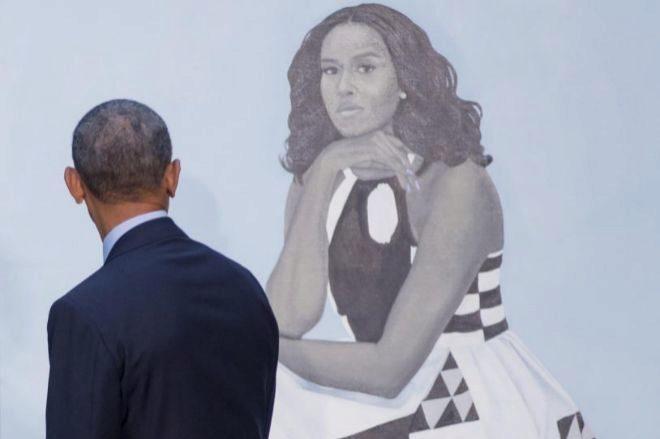 Barack Obama observa el retrato de su esposa realizado por Amy...