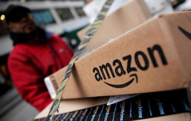 Un trabajador de Amazon prepara la salida de un pedido en Manhattan.