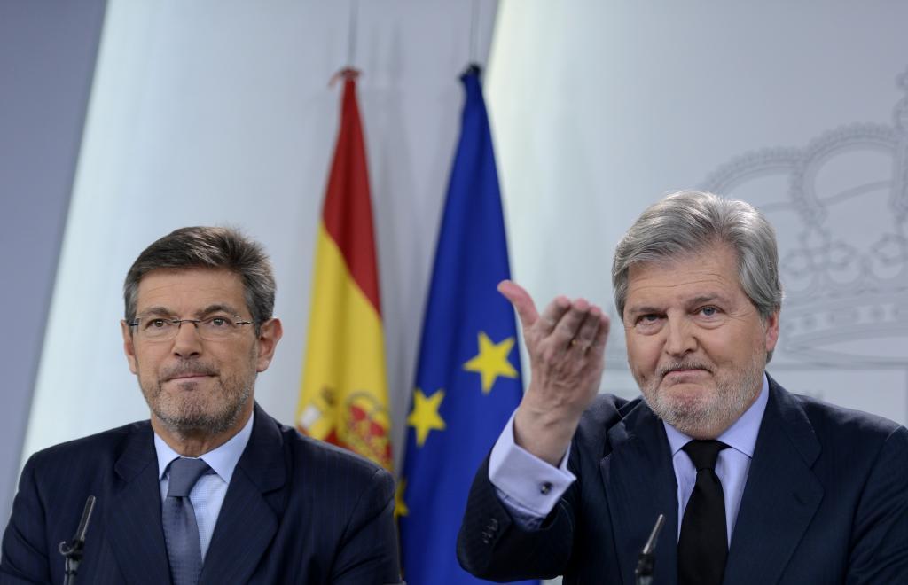 El ministro de Justicia, Rafael Catalá, con el ministro portavoz del...