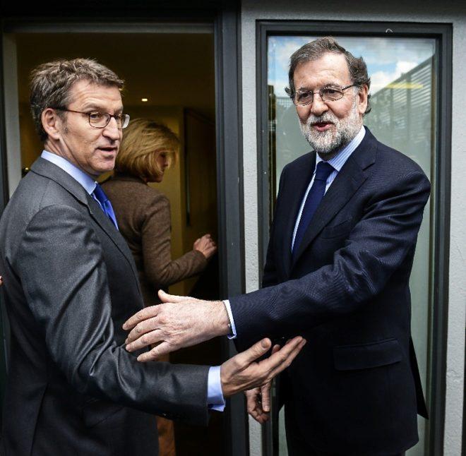 Mariano Rajoy y Alberto Núñez Feijóo se saludan este lunes en...
