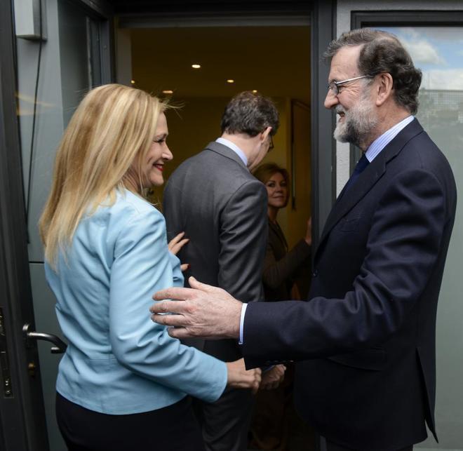 Mariano Rajoy saluda a Cristina Cifuentes al inicio de la reunión...