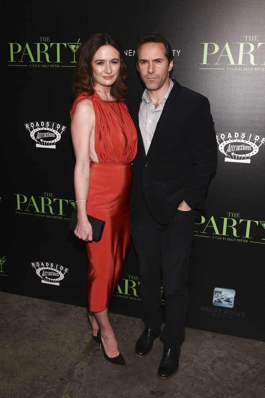 La actriz británica eligió un favorecedor vestido rojo  sin mangas y...