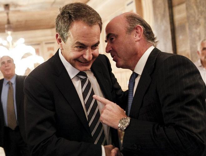El ex presidente José Luis Rodríguez Zapatero y el ministro de Economía, Luis de Guindos.