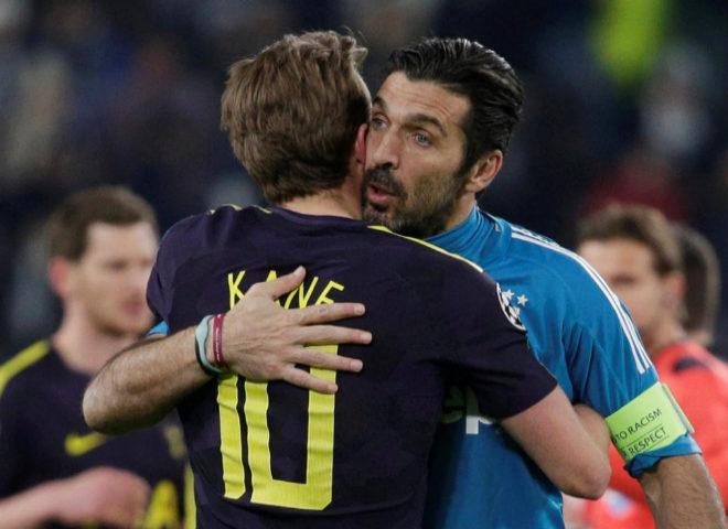 Buffon y Harry Kane se abrazan tras el partido de Turín.