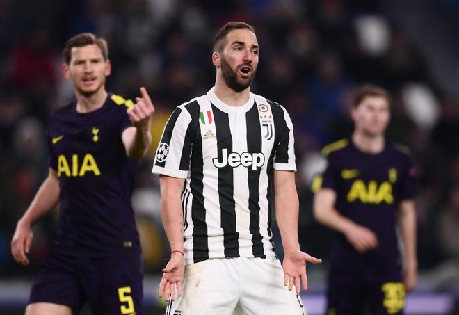 El delantero de la Juventus Higuaín se lamanta durante el duelo ante...