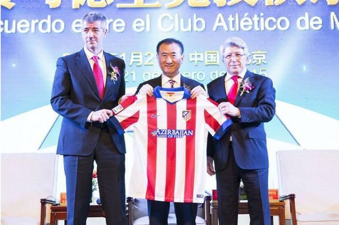Miguel Ángel Gil Marín, Wang Jianlin y Enrique Cerezo, con la camiseta del club, en 2015.