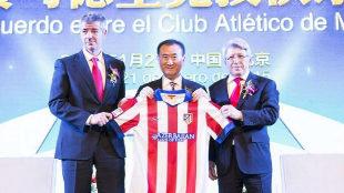 Miguel Ángel Gil Marín, Wang Jianlin y Enrique Cerezo, con la...