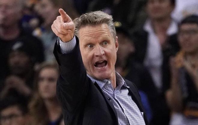 Kerr, dirigiendo uno de los partidos de los Warriors esta temporada.