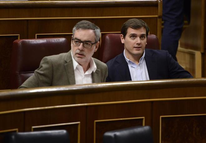 Los diputados de Ciudadanos José Manuel Villegas y Albert Rivera,...